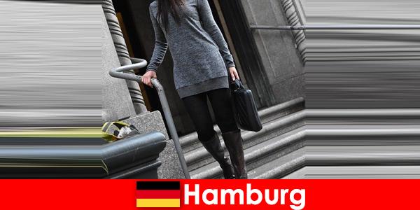 高級な控えめなエスコートサービスを持つハンブルクの贅沢な旅行者のエレガントな女性