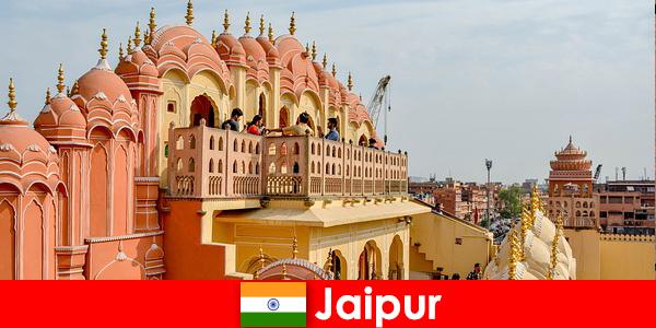 印象的な宮殿と最新のファッションは、インドのジャイプールで観光客を見つける