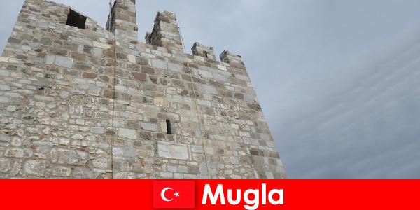 トルコのムグラの荒廃した都市への冒険旅行