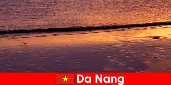 ダナンはベトナム中部の海岸沿いの町で、砂浜で人気があります