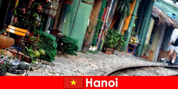 ハノイは狭い通りや路面電車でベトナムの魅力的な首都です