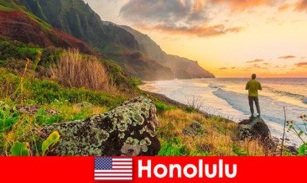ビーチ、海、ウェルネスやレクリエーションの休日のための夕日で知られているホノルル