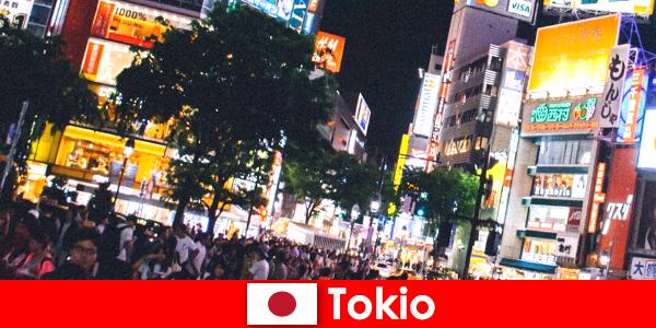 ちらつくネオンライトシティのホリデーメーカーにとって完璧なナイトライフを東京