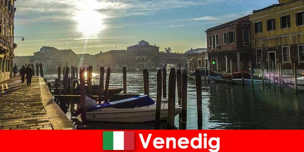 訪問者は近くを歩いてヴェネツィアの歴史を体験