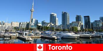 カナダのトロントは、都市の観光客のために非常に人気のある海のそばの近代的な大都市です