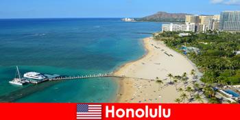 海でのリラクゼーション観光客のための典型的な目的地は、ホノルルアメリカ合衆国です