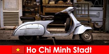 ホーチミン市ベトナムは、活気のある通りを通ってホリデーメーカーの原付ツアーを提供しています