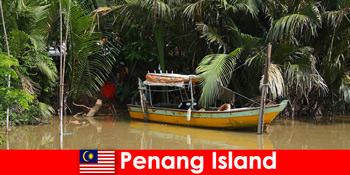 ペナン島マレーシアのジャングルを通るハイカーのための長距離旅行