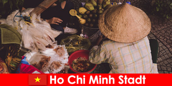 外国人はホーチミン市ベトナムの屋台の様々なを試してみてください