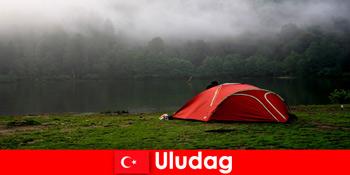 ウルダグトルコの森で家族とキャンプの休日