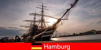 ドイツは旅行グルメのための魚市場にハンブルクの港に降りる