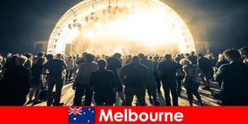 見知らぬ人は、毎年メルボルンオーストラリアで無料の野外コンサートに出席します