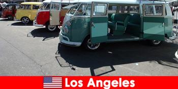 外国人は探索旅行のためにロサンゼルス米国で安い車を借りる