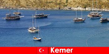恋のカップルや家族のためのケメルトルコのボートでの冒険旅行