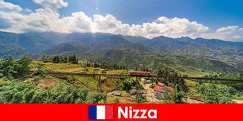 ニースフランスの後背地の村や山々を通って列車で