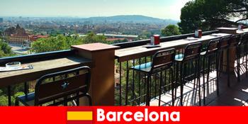 バー、レストランやアートシーンとバルセロナスペインへの訪問者のための純粋な大都市の雰囲気