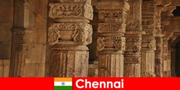 外国人は壮大なカラフルな寺院を見るためにチェンナイインドを訪問