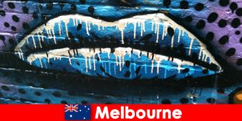 旅行者はメルボルンオーストラリアの世界的に有名なストリートアートを賞賛します